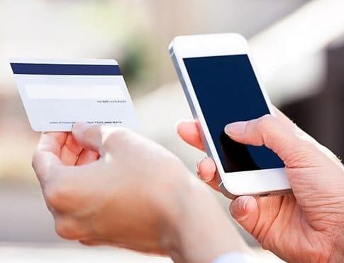 Банковская карта и мобильный телефон